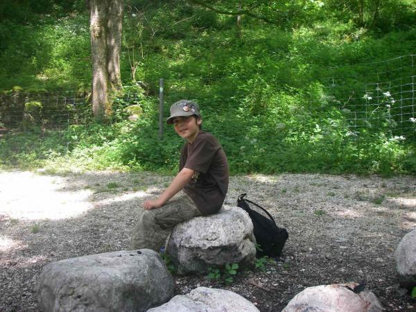 Luca bei den großen Steinen am Stausee