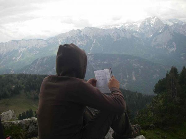 Sebastian liest das Gipfelbuch