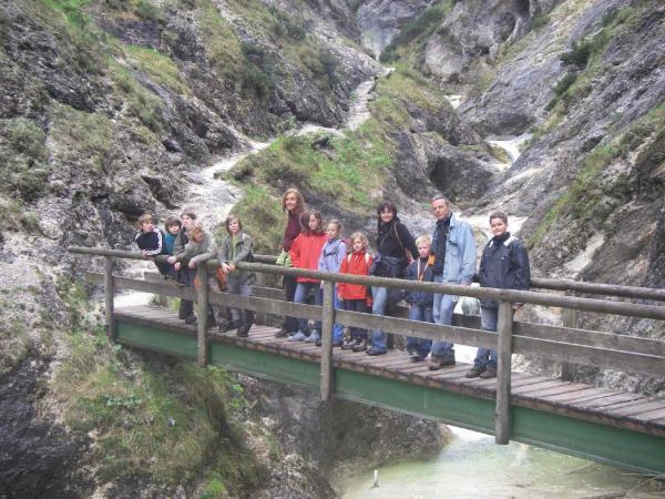 Gruppenbild auf der Brücke, einmal mit Horst...