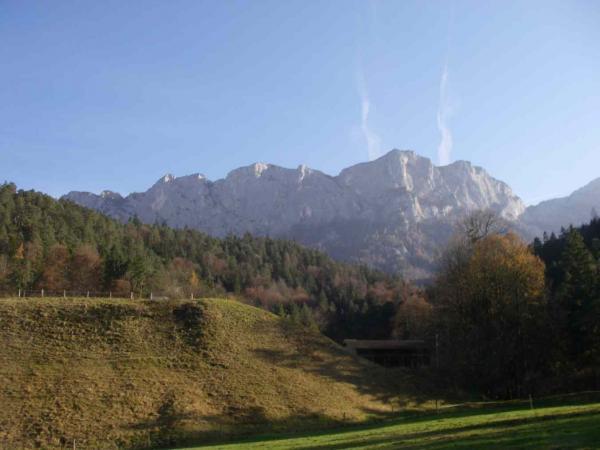 ...zu Füßen der steilen Felswände der Reiteralm