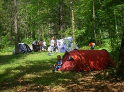 Die Kinder stellen ihre Zelte auf