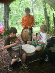 Luca, Anton und Kevin beim Trommeln