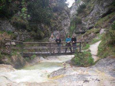 Die Jungs auf der Brücke beobachten ihre selbstgebauten Schifferl