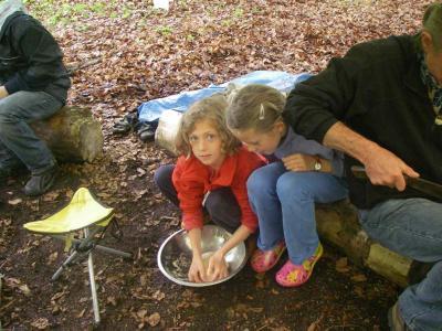 Die Mädchen kneten Teig für das Fladenbrot