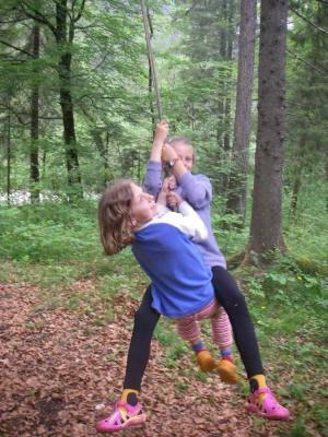 Priska und Lena haben Spaß beim Schaukeln